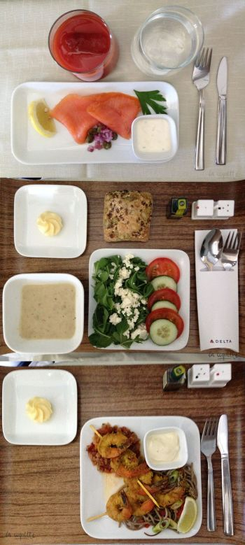 La primera tanda de comidas en el vuelo de 9 horas a NYC JFK desde Barcelona